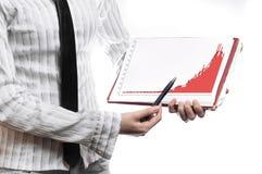 Graf för statistik för affärskvinna hållande Royaltyfria Foton