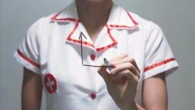 Graf för tillväxt för kvinnadoktorsteckning med den röda pilen på den genomskinliga skärmen stock video