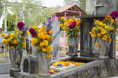 Graf met bloemen wordt verfraaid die stock afbeelding