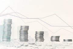 Graf och rader av mynt Begrepp för finansiell investering arkivbild