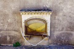 Oud graf in de begraafplaats Stock Foto's