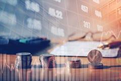 Graf på rader av mynt för finans och bankrörelsen på digitalt materiel royaltyfria foton