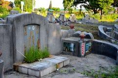 Graf van Chinees echtpaar samen met overladen grafsteen bij begraafplaatskerkhof Ipoh Maleisië Royalty-vrije Stock Fotografie