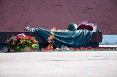 Graf van de Onbekende Militair. Eeuwige brand. Moskou, Rusland Stock Foto