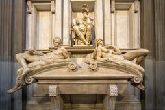Graf van Lorenzo II DE Medici en onder het liggen op de sarcofaag royalty-vrije stock foto's