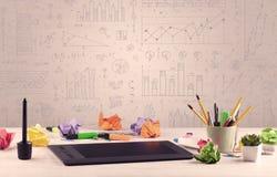 Grafdiagram och märkes- kontorsskrivbord Arkivbilder