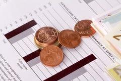 Grafdiagramledning med euro och mynt Fotografering för Bildbyråer