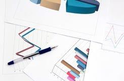 Grafer och diagram av den lyckade affären, arbetsplats av affären Royaltyfria Bilder