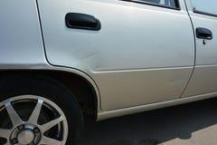 Graffi sull'automobile Porta di automobile graffiata Pagamento di assicurazione Immagini Stock Libere da Diritti