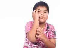 Graffio sveglio del ragazzino il suo braccio Fotografia Stock