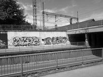Graffit pociąg w sunnyday i ściana Fotografia Stock