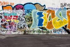 Graffit und konkreter Fußbodenauszugshintergrund lizenzfreie stockfotos