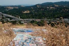Graffiti über der Autobahn Stockfoto