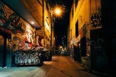 Graffiti aleja przy nocą, w moda okręgu Toronto, Ont fotografia stock