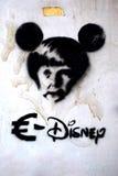 Graffiti anti-Duitsland die Duitse kanselier Angela Merkel vertegenwoordigen als Mickey Mouse stock afbeelding