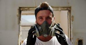 Graffiti artysta jest ubranym ochronną maskę 4k zbiory