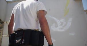 Graffiti artysty pozycja z aerosolem może 4k zbiory wideo