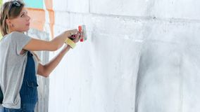 Graffiti artysty rysunku twarz piękna kobieta z farbą na ulicy ścianie Żeński działanie z muśnięciem Miastowa Outdoors sztuka zbiory