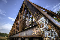 Graffiti auf altem Rusty Train Bridge Lizenzfreies Stockbild