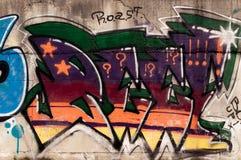 Graffiti auf Betonmauer Stockbilder