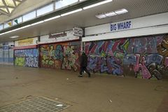 Graffiti auf closedup Shops im Verminderungseinkaufssäulengang St George `` gehen in Croydon stockbild
