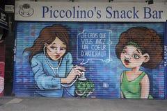 Graffiti auf closedup Shops im Verminderungseinkaufssäulengang St George `` gehen in Croydon lizenzfreies stockfoto