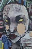 Graffiti auf closedup Shops im Verminderungseinkaufssäulengang St George `` gehen in Croydon lizenzfreies stockbild