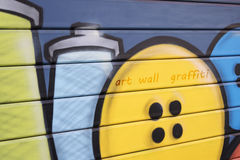 Graffiti auf dem Fensterladen Stockbild