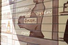 Graffiti auf dem Fensterladen Stockbilder