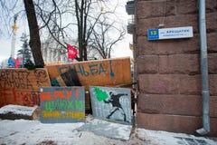 Graffiti auf den Barrikaden auf der Hauptstraße Kres lizenzfreie stockfotografie