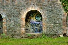 Graffiti auf der alten Papiermühle - Tiffauges Stockbild
