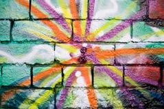 Graffiti auf der strukturierten Backsteinmauer Stockbilder