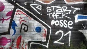 Graffiti auf einer Backsteinmauer Stockbild