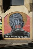 Graffiti auf einer Wand, die ein Mann ` s zeigt, gehen voran stockbilder
