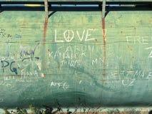 Graffiti auf grüner Wand Lizenzfreie Stockfotos