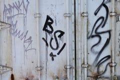 Graffiti auf rostigem Behälter Lizenzfreie Stockfotos