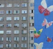 Graffiti auf Wohngebäude Stockbild