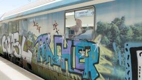Graffiti auf Zugwagen in Griechenland stockbild