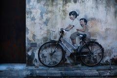 Graffiti avec les enfants heureux, vélo sur le mur Images stock