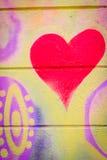 Graffiti avec un coeur sur un mur en béton Images libres de droits