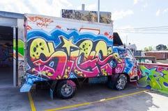 Graffiti bedeckten LKW in einem carpark in Fitzroy, Melbourne Stockbilder