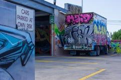 Graffiti behandelde vrachtwagen in een parkeerterrein in Fitzroy, Melbourne Royalty-vrije Stock Foto's