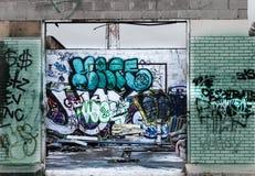 Graffiti bij de bouw van muren stock foto's
