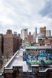 Graffiti boven op Chinatowndaken in de Stad van New York Stock Foto's