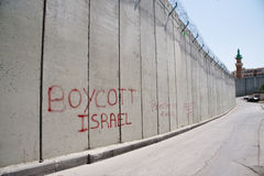 Graffiti 'boycottez Israël' sur le mur de séparation israélien Photographie stock libre de droits
