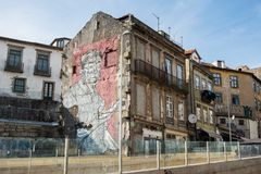 Graffiti bringen in der Stadt von Porto unter stockbild