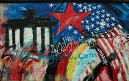 Graffiti con la porta di Brandeburgo a Berlin Wall fotografie stock libere da diritti