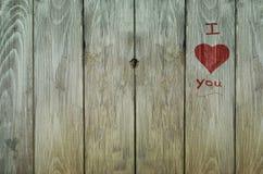 Graffiti d'amour sur la vieille barrière superficielle par les agents Images libres de droits