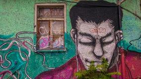Graffiti d'un type avec les yeux fermés, écouteur de port image stock