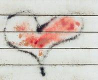 Graffiti de coeur sur le mur photographie stock libre de droits